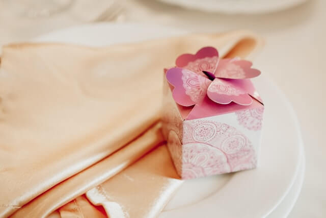 How To Choose Anniversary Gifts In 2021; Step By Step Guide By Expert